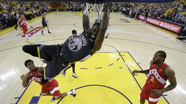 Forward Golden State Warriors, Draymond Green, melakukan dunk melawan Toronto Raptors di gim keenam final NBA. Green membukukan triple double tetapi gagal mencegah Toronto jadi juara NBA. (Tony AvelarPool Photo via USA TODAY Sports via Reuters)