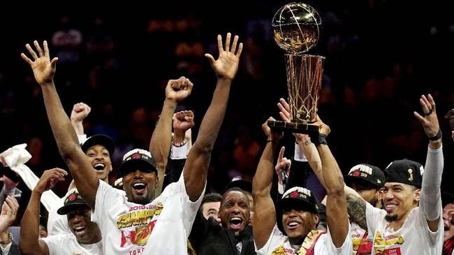 Para pemain Toronto Raptors merayakan keberhasilan usai memastikan gelar NBA 2019 lewat kemenangan di gim keenam atas Golden State Warriors dengan skor 114-110 di Oracle Arena, Jumat (14/6). (Kyle Terada-USA TODAY Sports via Reuters)