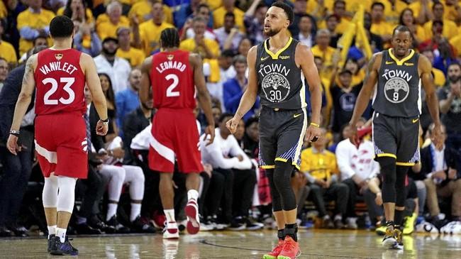 Bintang Golden State Warriors, Stephen Curry, seolah berjuang sendirian di paruh kedua gim keenam final NBA 2019 melawan Toronto Raptors karena cedera yang dialami Klay Thompson maupun Kevin Durant. Curry hanya mengemas 21 poin dan tujuh assist. (Kyle Terada-USA TODAY Sports via Reuters)