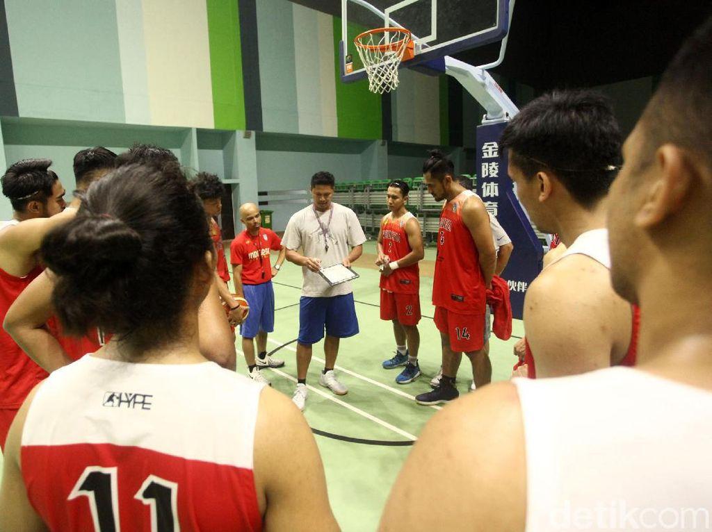 Para pemain mendengarkan arahan pelatih.