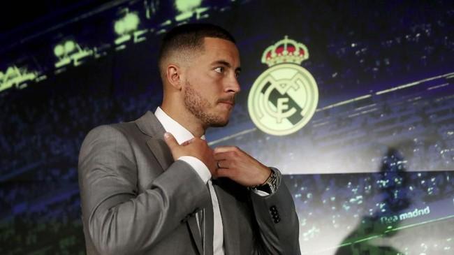 Eden Hazardresmi diperkenalkan Real Madrid di Stadion Santiago Bernabe, Kamis (13/6) malam waktu setempat.(REUTERS/Sergio Perez)