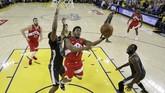 Point guard Toronto Raptors, Kyle Lowry, mendapatkan penjagaan ketat dari center Golden State Warriors, Kevon Looney, saat ingin mencetak angka di gim keenam final NBA 2019 di Oracle Arena, Jumat (14/6). (Tony AvelarPool Photo via USA TODAY Sports via Reuters)