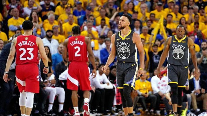 Jun 13, 2019; Oakland, CA, USA; Golden State Warriors guard Stephen Curry (30) and guard Andre Iguodala (9) react during the third quarter against the Toronto Raptors in game six of the 2019 NBA Finals at Oracle Arena. Mandatory Credit: Kyle Terada-USA TODAY Sports