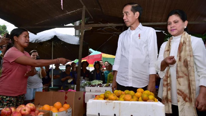 Presiden Joko Widodo (Jokowi) gemar memberikan sepeda kepada masyarakat dalam kunjungan kerjanya
