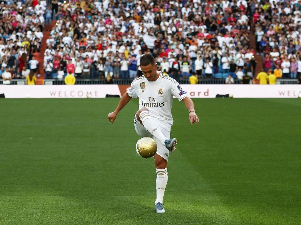 Sebagaimana pemain baru lainnya, Hazard harus melalui ritual unjuk kebolehan di hadapan fans. (Foto: Sergio Perez/REUTERS)