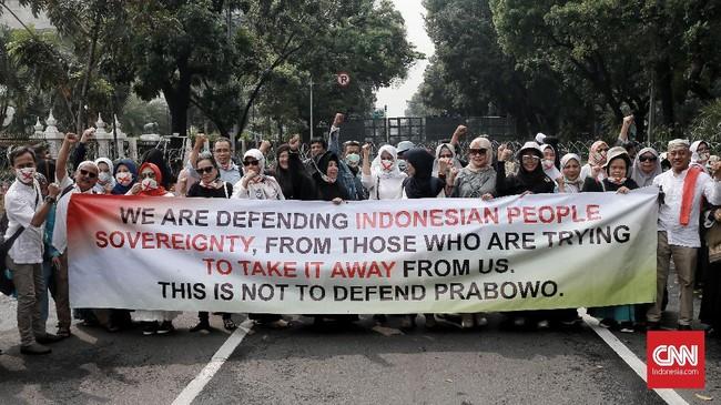 Unjuk rasa oleh Gerakan Nasional Kedaulatan Rakyat digelar di Silang Monas Barat Daya kawasan Patung Kuda Indosat. Jakarta. Jumat, (14/6), untuk mengawal sidang perdana gugatan sengketa pilpres 2019. (CNN Indonesia/Andry Novelino)