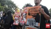 Massa aksi membentangkan beragam spanduk berisi aspirasi mereka. Salah satunya menyatakan bahwa aksi ini untuk mendukung Mahkamah Konstitusi mengembalikansuara rakyat yang menurut mereka diselewengkan dalam Pilpres 2019. (CNN Indonesia/Andry Novelino)