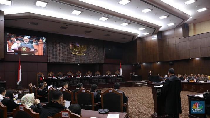 Sidang perdana sengketa Pemilu Pilpres 2019 (14/06) tidak dihadiri Prabowo-Sandi, pihak pemohon dan Jokowi-Amin, pihak terkait. Namun berlangsung cukup serius.