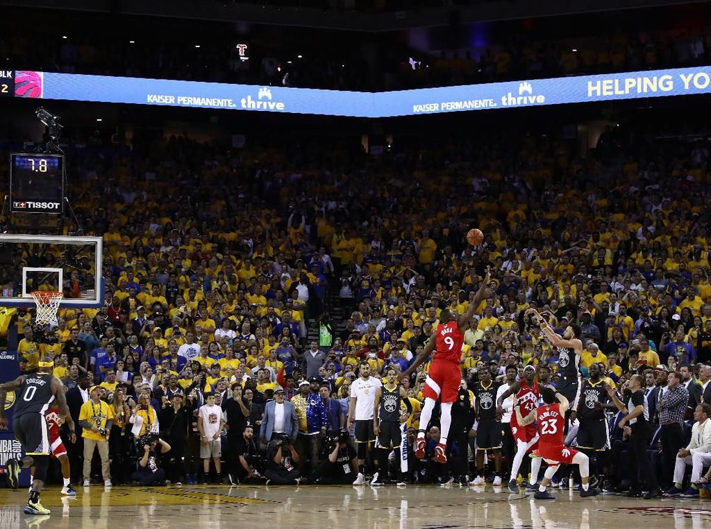 Raptors sudah di atas angin usai unggul empat angka di penghujung laga. Warriors melakukan serangan terakhir lewat tembakan tiga angka Stephen Curry, namun meleset. Foto: Ezra Shaw / Getty Images
