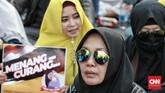 Aksi yang digelar sejak siang di kawasan sekitar Gedung MK ini berjalan damai. Aksi ini juga dihadiri oleh mantan penasihat KPK, Abdullah Hehamahua. (CNN Indonesia/Andry Novelino)