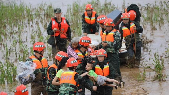 Selama sepekan China dilanda hujan deras dan banjir besar, mengakibatkan 61 orang tewas dan 356 ribu penduduk mengungsi