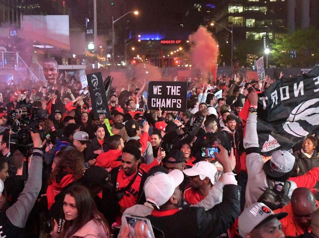 Ribuan fans Raptors merayakan gelar juara NBA di Scotia Bank Arena, Toronto. Raptors menjadi tim Kanada pertama yang berhasil memenangi sebuah kejuaraan mayor di Amerika Serikat. Foto: Dan Hamilton-USA TODAY Sports