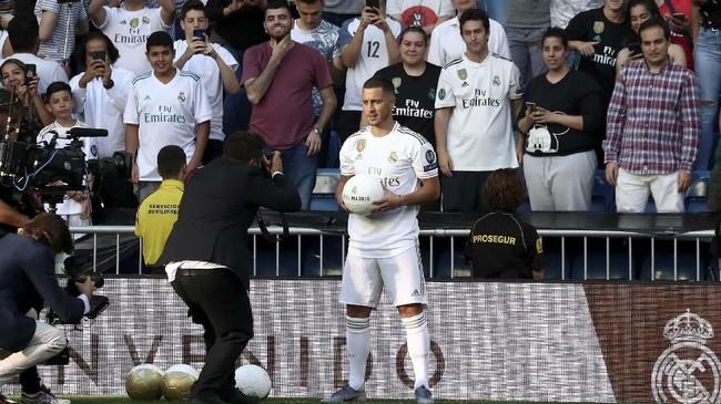 Perkenalan Eden Hazard di Stadion Santiago Bernabeu disaksikan hingga puluhan ribu fan di tribune. (REUTERS/Sergio Perez)