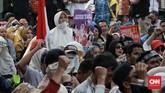 Massa juga mengklaim aksinya tak terkait dengan dukungan terhadap calon presiden dan Wakil Presiden Prabowo Subianto-Sandiaga Uno.Paslon nomor urut 02 itu berstatus sebagai pemohon dalam sidang sengketa Pilpres 2019 di MK. (CNN Indonesia/Andry Novelino)