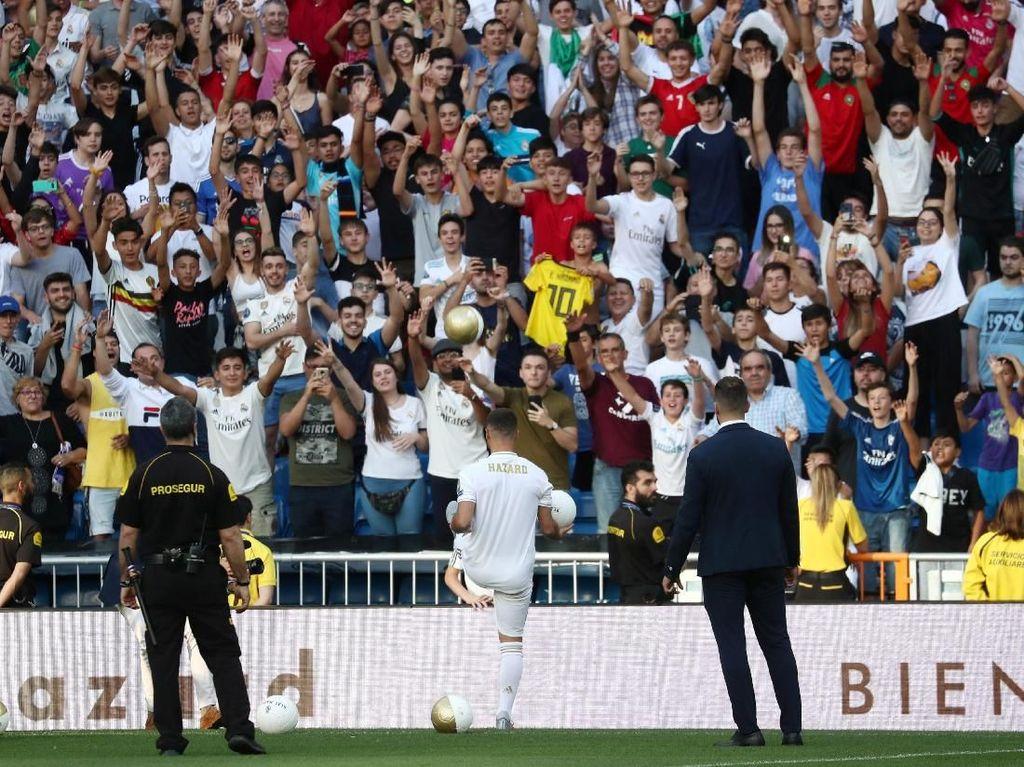 Dilaporkan sekitar 50 ribu fans hadir menyambutnya di Santiago Bernabeu. (Foto: Sergio Perez/REUTERS)