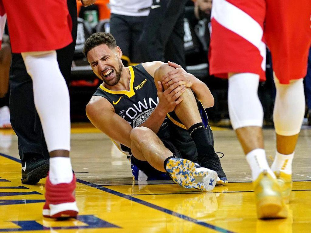 Sial bagi Warriors. Sang juara bertahan menjalani sisa pertandingan dengan skuat yang semakin pincang setelah shooting guard Klay Thompson cedera lutut di akhir kuarter ketiga. Foto: Kyle Terada-USA TODAY Sports