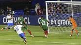 Setelah mencetak gol dari titik putih, Coutinho menggandakan keunggulan Brasil melalui sundulan memanfaatkan umpan Roberto Firmino pada menit ke-53. (REUTERS/Amanda Perobelli)
