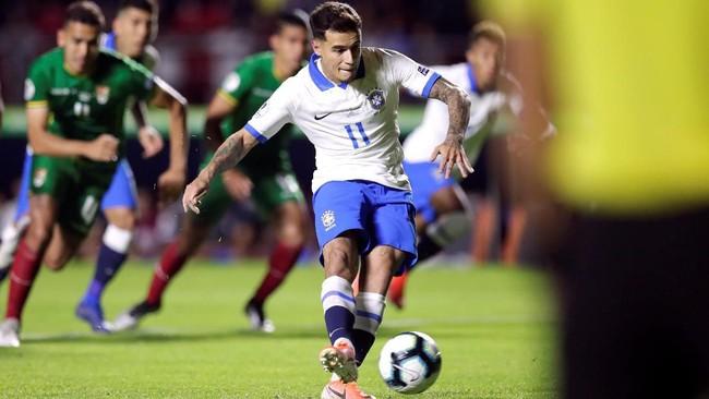 Philippe Coutinho yang menjadi eksekutor penalti menjalankan tugas dengan baik. Tembakan pemain Barcelona itu mengarah ke pojok kanan bawah gawang Bolivia dan tidak mampu dijangkau kiper Carlos Lampe. (REUTERS/Ueslei Marcelino)