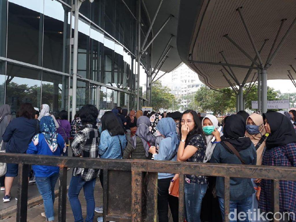 Fans sudah mulai memadati lokasi sejak pagi. Foto: (Febrina Arifin/detikHOT)