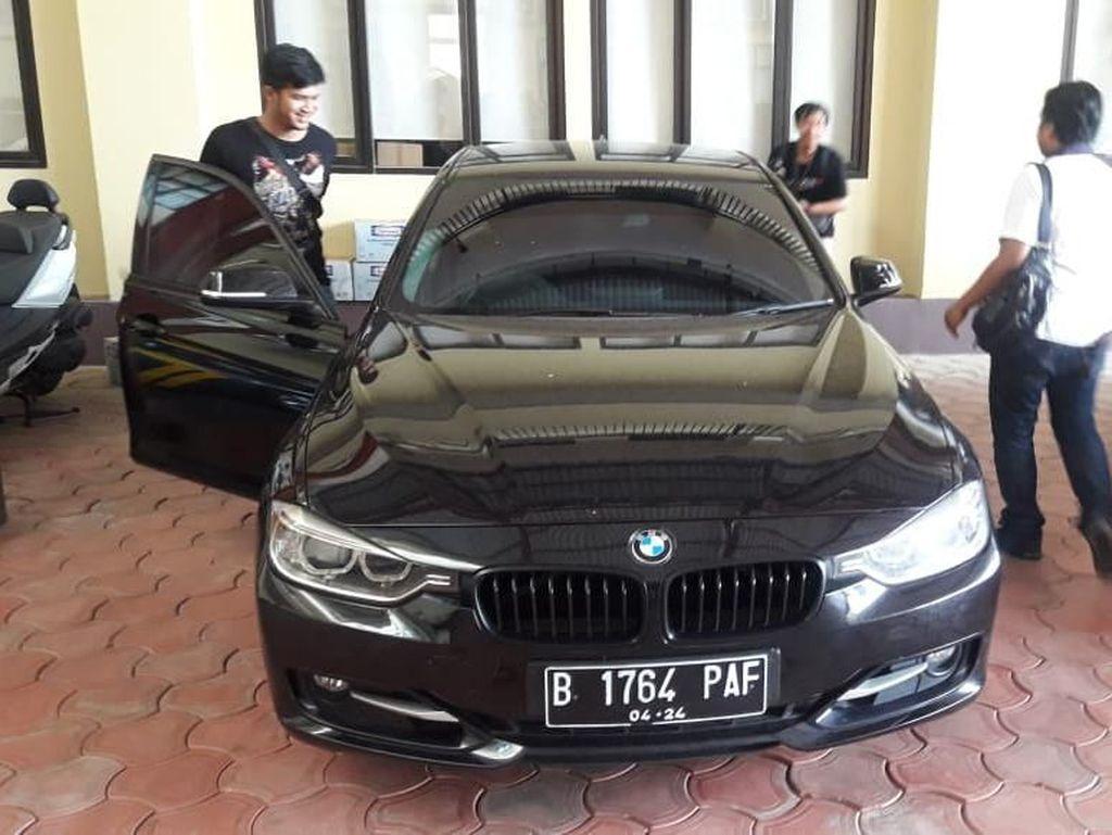 Berdasarkan data dari laman Informasi Data Kendaraan dan Pajak Kendaraan Bermotor Provinsi DKI Jakarta Polda Metro Jaya, mobil BMW bernopol B-1764-PAF tersebut teregister atas nama PT Vektordaya Mekatrika. Kepemilikan mobil tersebut merupakan kendaraan pertama dengan nilai pajak sebesar Rp7.708.000.