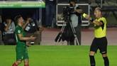 Gelandang Bolivia, Fernando Saucedo, menjadi pemain yang mendapat kartu kuning di Copa America 2019. Wasit Nestor Pitana harus melihat rekaman video sebelum memberi kartu kuning kepada Saucedo yang melanggar Casemiro. (REUTERS/Amanda Perobelli)