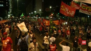 VIDEO: Demo di Brasil, Polisi Tembakkan Gas Air Mata