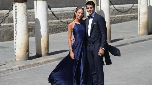 Penyerang timnas Spanyol dan Atletico Madrid Alvaro Morata hadir bersama sang istri, Alice Campello. Beberapa hari sebelumnya Sergio Ramos memberi Morata kesempatan penalti saat melawan Swedia. (CRISTINA QUICLER / AFP)