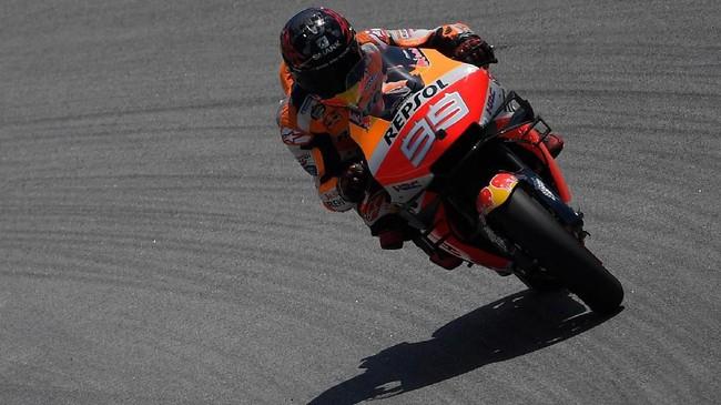 Jorge Lorenzo tidak mampu mencatat finis 10 besar hingga MotoGP Malaysia. Ia kemudian memutuskan pensiun dan menjadikan MotoGP Valencia sebagai seri terakhir. (Photo by LLUIS GENE / AFP)