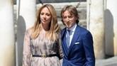 Gelandang Real Madrid Luka Modric dan sang istri, Vanja Bosnic, hadir di Katedral Seville tempat pernikahan Sergio Ramos dengan Pilar Rubio. (CRISTINA QUICLER / AFP)