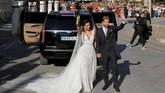 Sergio Ramos dan Pilar Rubio melambaikan tangan usai pernikahan. Ramos dan Rubio sudah bertunangan sejak Juli 2018. (REUTERS/Marcelo del Pozo)
