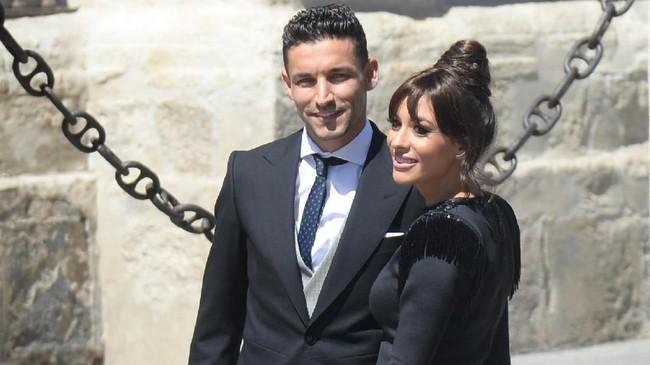 Pemain Sevilla dan rekan setim Sergio Ramos di timnas Spanyol, Jesus Navas, hadir bersama sang istri, Alejandra Moral. (CRISTINA QUICLER / AFP)