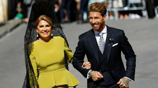 Kapten Real Madrid Sergio Ramos hadir di Katedral Seville didampingi sang ibu, Paqui Garcia. (REUTERS/Marcelo del Pozo)