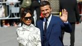 David Beckham dan Victoria melambaikan tangan ke arah fotografer. Beckham menjadi rekan setim Sergio Ramos di Real Madrid pada 2005 hingga 2007. (REUTERS/Marcelo del Pozo)