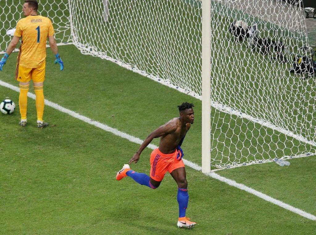Kolombia mencetak gol keduanya di menit ke-86. Duvan Zapata menyelesaikan umpan Jefferson Lerma dan menegaskan keunggulan timnya. Reuters/Rodolfo Buhrer.