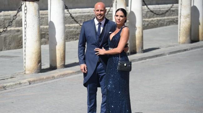 Kiper AC Milan dan timnas Spanyol Pepe Reina hadir bersama sang istri, Yolanda Ruiz. (CRISTINA QUICLER / AFP)
