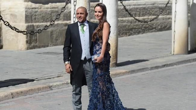 Mantan bek kiri Real Madrid Roberto Carlos hadir bersama sang istri, Mariana Luccon. Sergio Ramos dan Pilar Rubio sudah dikaruniai tiga putra. (CRISTINA QUICLER / AFP)