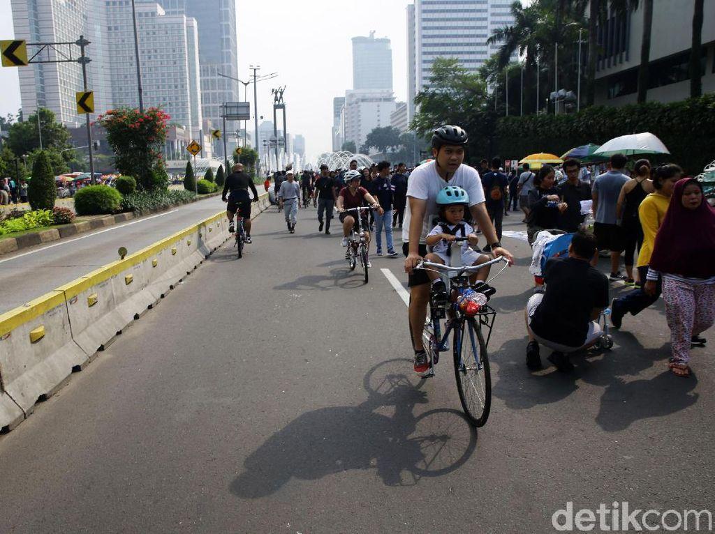 Selama kegiatan berlangsung, tampak sejumlah masyarakat berolahraga seperti bersepeda.