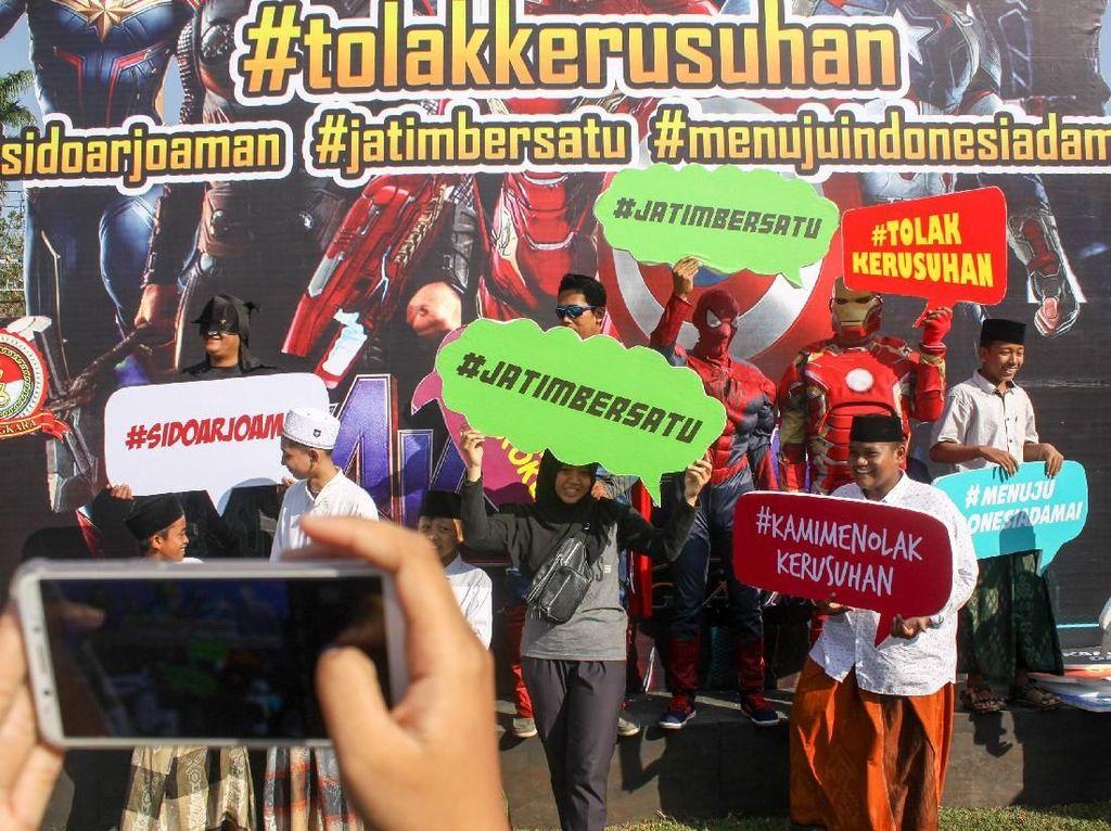 Deklarasi menolak kerusuhan untuk Indonesia damai berlangsung di Alun alun Sidoarjo, Jawa Timur.