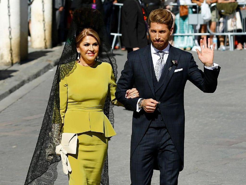Sergio Ramos datang ke lokasi pernikahan dengan didampingi ibunya, Paqui Garcia. Marcelo del Pozo/Reuters.