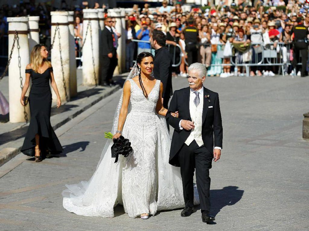Sementara Pilar Rubio datang dengan didampingi ayahnya, Manuel Rubio. Marcelo del Pozo/Reuters.