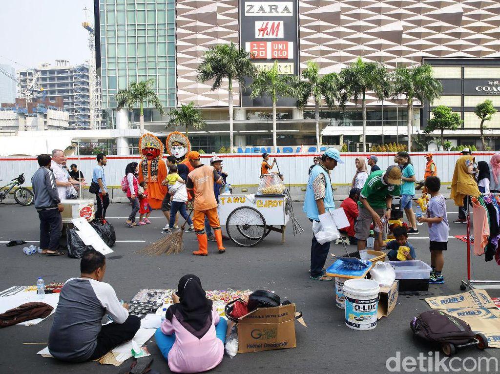 Di tengah ramainya car free day juga terlihat Pasukan Oranye sedang membersihkan kawasan Sudirman-Thamrin.