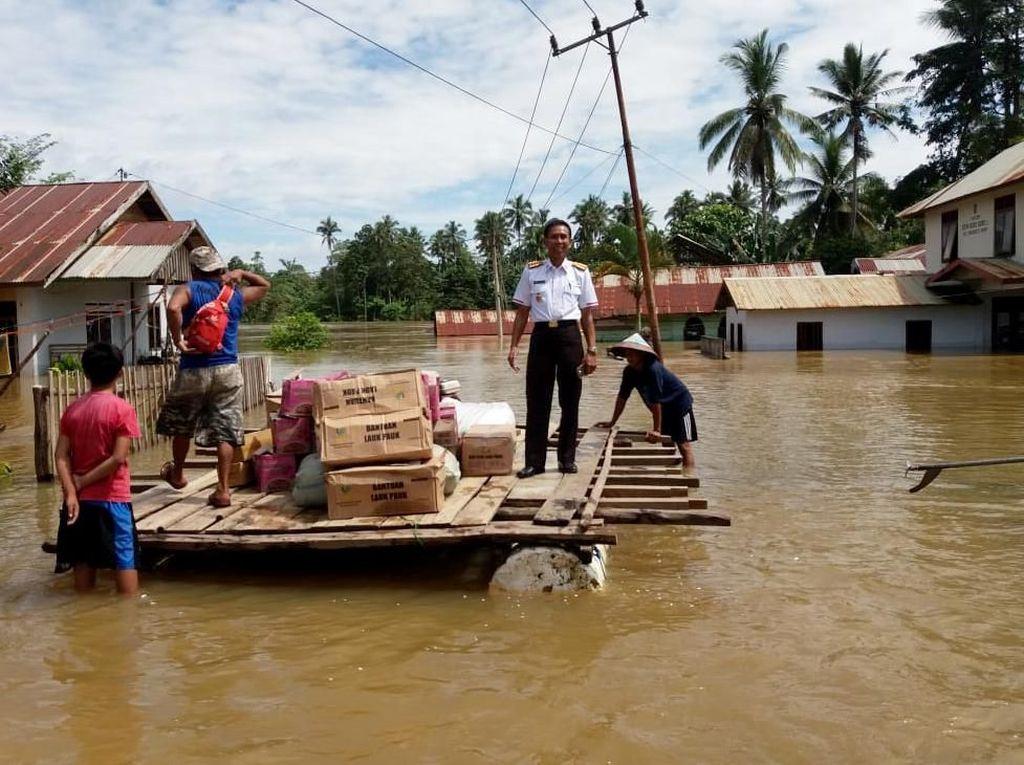 Proses pengiriman dan penyaluran bantuan sosial dari Kementerian Sosial Republik Indonesia RI bagi korban banjir di beberapa wilayah di Provinsi Sulawesi Tenggara, Minggu (16/6/2019).