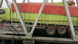 Truk Bandel Lintasi Jalintim Sumatra, Jembatan Darurat Ambruk
