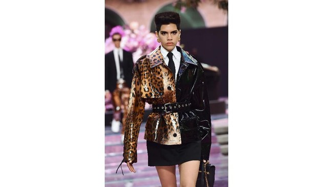 Seperti DNAnya selama ini, gaya busana Versace masih kaya akan motif dan warna yang playful. (Miguel MEDINA / AFP)