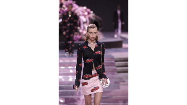 Donatella Versace menghadirkan kreasi pakaian pria dengan motif print kulit binatang, warna neon, bahan kulit, dan jas panjang. (AP Photo/Luca Bruno)