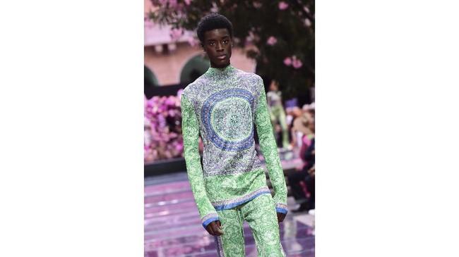 Milan Fashion Week untuk berbagai busana mewah diceriakan dengan berbagai busana dari Versace. (Miguel MEDINA / AFP)