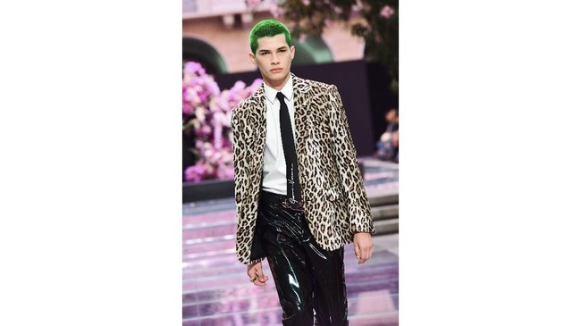 Versace merangkul para pria berani yang tak takut mencari cara baru untuk mengekspresikan keseksiannya.  (Miguel MEDINA / AFP)
