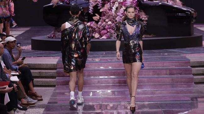 Versace bermain dengan campuran bahan dan warna. Jas dua motif, blazer, jaket, motif leopard, dan atasan berkilau dengan bubuhan tanda-tangan Gianni Versace. (AP Photo/Luca Bruno)