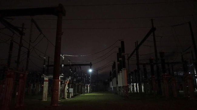 Menteri Energi Argentina, Gustavo Lopetegui, sempat mengatakan kegagalan jaringan listrik di Argentina tetap terjadi meskipun kerap diperiksa secara rutin. (REUTERS/Mariana Greif)