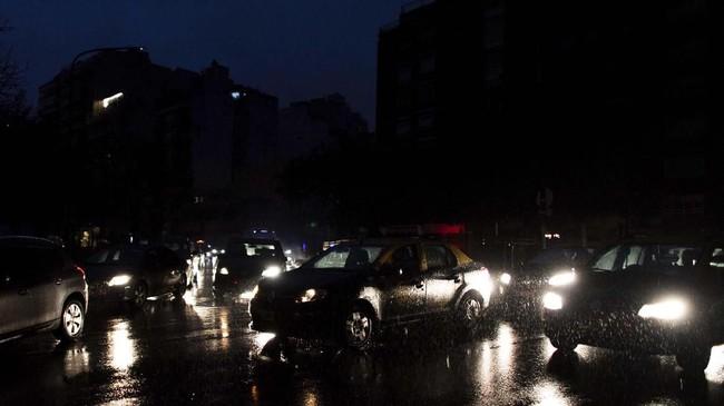 Menurut perusahaan listrik Uruguay, UTE, pemadaman listrik terjadi akibat kesalahan jaringan listrik di Argentina. (AP Photo/Tomas F. Cuesta)